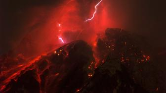 KARO, INDONESIA, OCTOBER 14, 2017: Sinabung volcano spews molten lava with lightening storm during eruption in hight alert status from Karo, North Sumatra province, Indonesia on October 14, 2017.   PHOTOGRAPH BY Sutanta Aditya / Barcroft Images (Photo credit should read Sutanta Aditya / Barcroft Images / Barcroft Media via Getty Images)