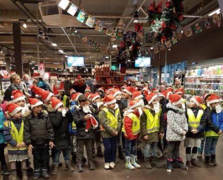 80 Kinder singen für Werbeaktion in Rewe-Markt - der Liedtext macht viele Eltern