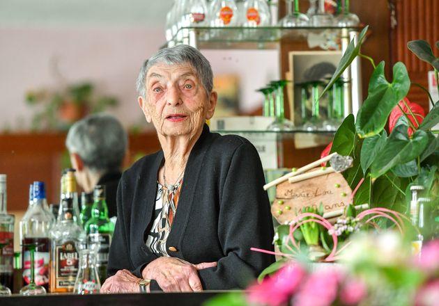 100 χρονών και ακόμα εκεί: Η γηραιότερη μπαργούμαν της Γαλλίας αποκαλύπτει το μυστικό της μακροζωίας