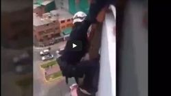 Προσοχή σκληρά βίντεο: Η τραγική στιγμή που ένα διασώστης δεν καταφέρνει να κρατήσει άνδρα που ήθελε να