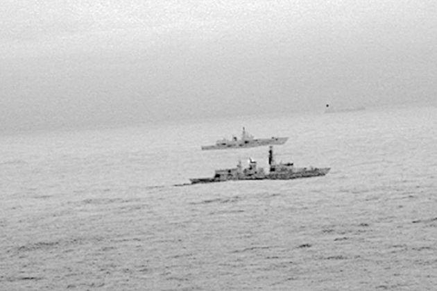 Βρετανική φρεγάτα «συνόδευσε» ρωσικό πολεμικό στη Βόρεια