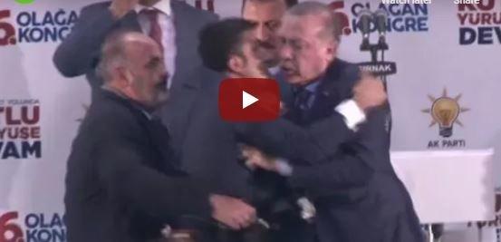 Βίντεο: Πανικός σε ομιλία του Ερντογάν, όταν θαυμαστής όρμησε να τον