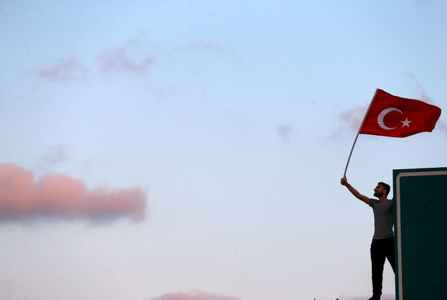 Κάθε μέρα και πιο αυταρχικά: Η Τουρκία δια νόμου δίνει χάρη στους αυτόκλητους τιμωρούς των συμμετεχόντων...