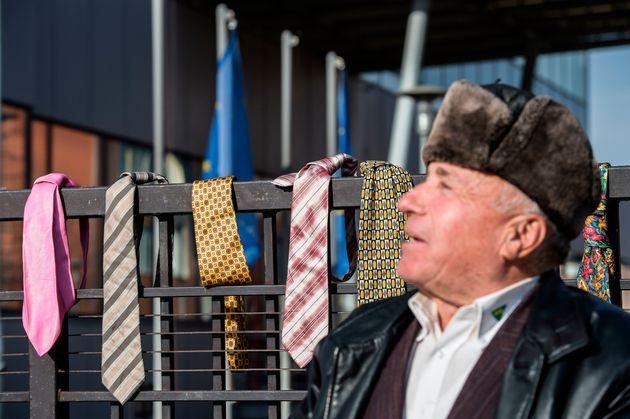 Κόσοβο: Διαμαρτυρία με 300 γραβάτες κατά της απόφασης του πρωθυπουργού να διπλασιάσει τον μισθό