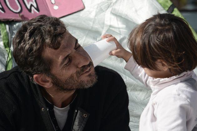 Syrische Flüchtlinge, die in Athen auf die Weiterreise nach Deutschland warten.