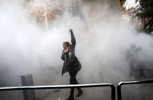 Una estudiante de la Universidad de Teherán es atacada con gases