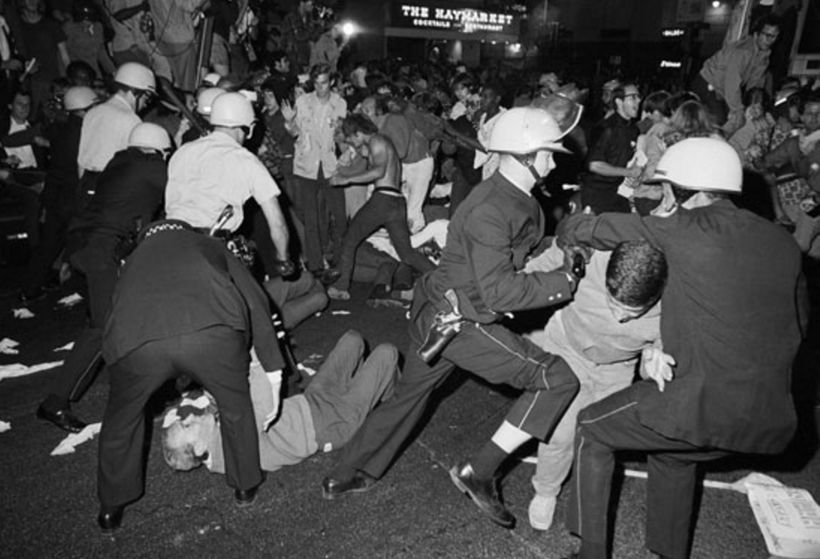 <strong>Chicago demonstrators dance with riot-breaking police during the 1968 Democratic National Convention, where the Yippi