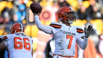 PITTSBURGH, PA - DECEMBER 31: DeShone Kizer #7 of the Cleveland Browns drops back to pass in the second quarter during the game against the Pittsburgh Steelers at Heinz Field on December 31, 2017 in Pittsburgh, Pennsylvania. (Photo by Joe Sargent/Getty Images)