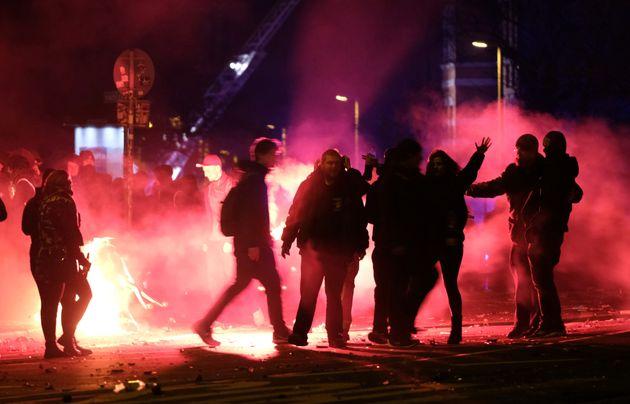 Menschen feiern am 01.01.2018 inLeipzig(Sachsen) das neue Jahr an einer Kreuzung im Stadtteil