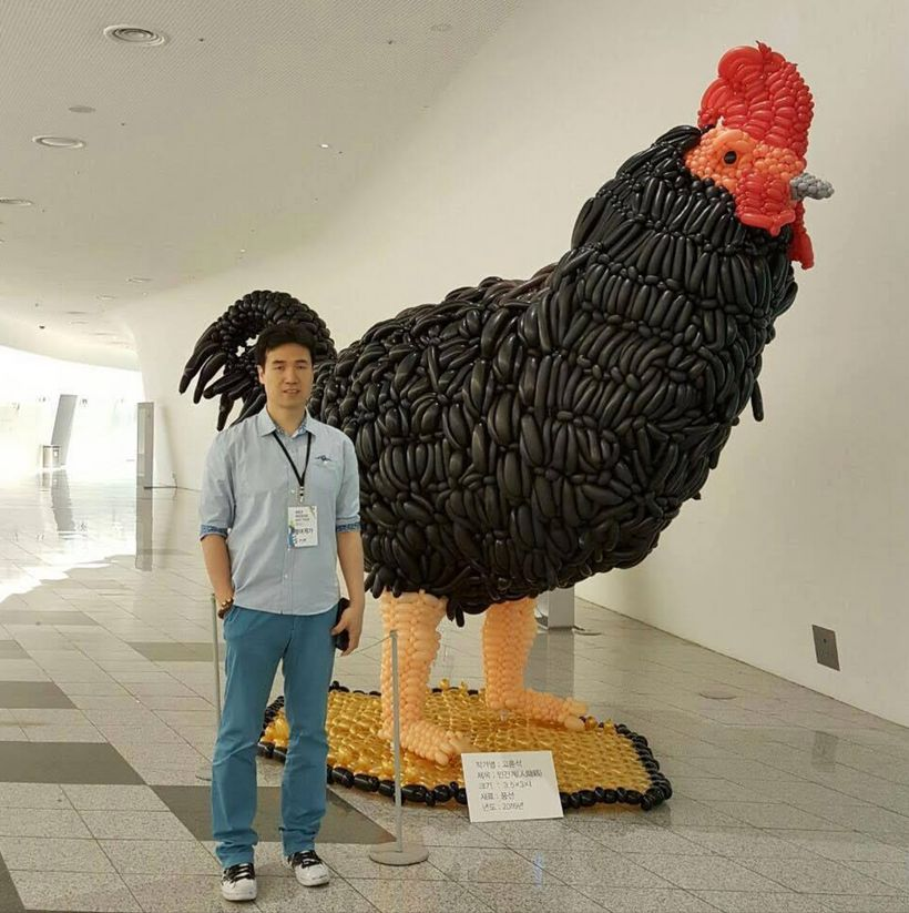 HongSeok Goh standing by one of his balloon sculptures. Image:  HongSeok Goh