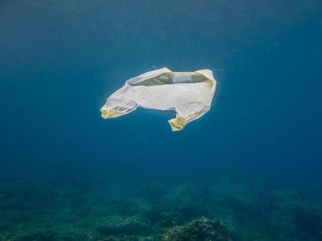 Ποια κράτη-μέλη καταργούν μαζί με την Ελλάδα τη δωρεάν διάθεση της πλαστικής