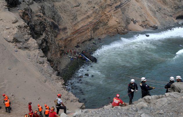 Περού: Τουλάχιστον 48 νεκροί από πτώση λεωφορείου σε