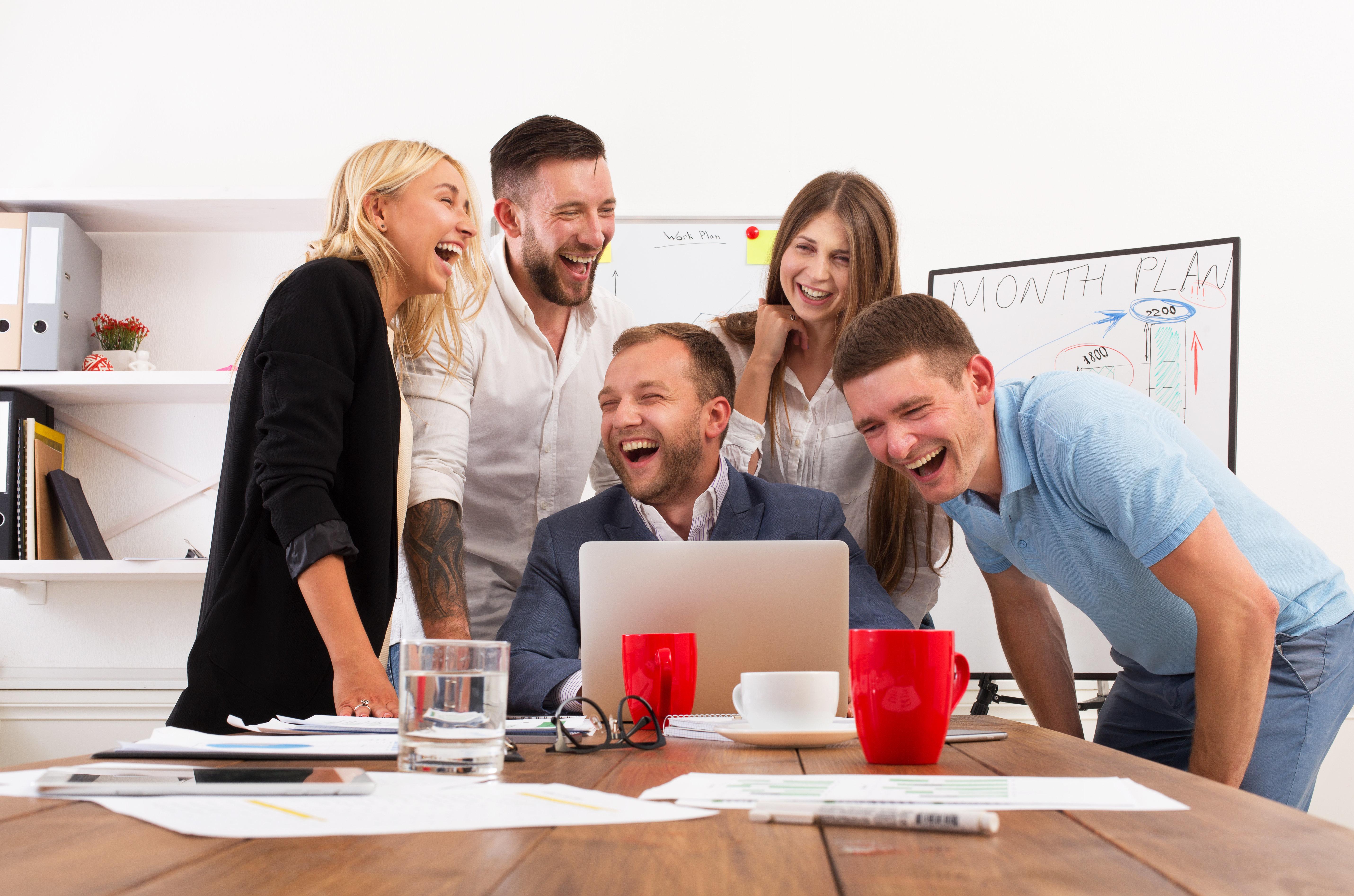 Μήπως παραείστε κολλητοί με το αφεντικό; Επτά σημάδια που δείχνουν ότι η σχέση σας είναι υπερβολικά