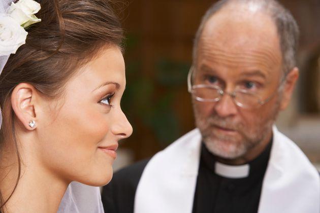 Iερέας στην Αγγλία επέβαλε πρόστιμο 110 ευρώ στις νύφες που αργούν στο γάμο