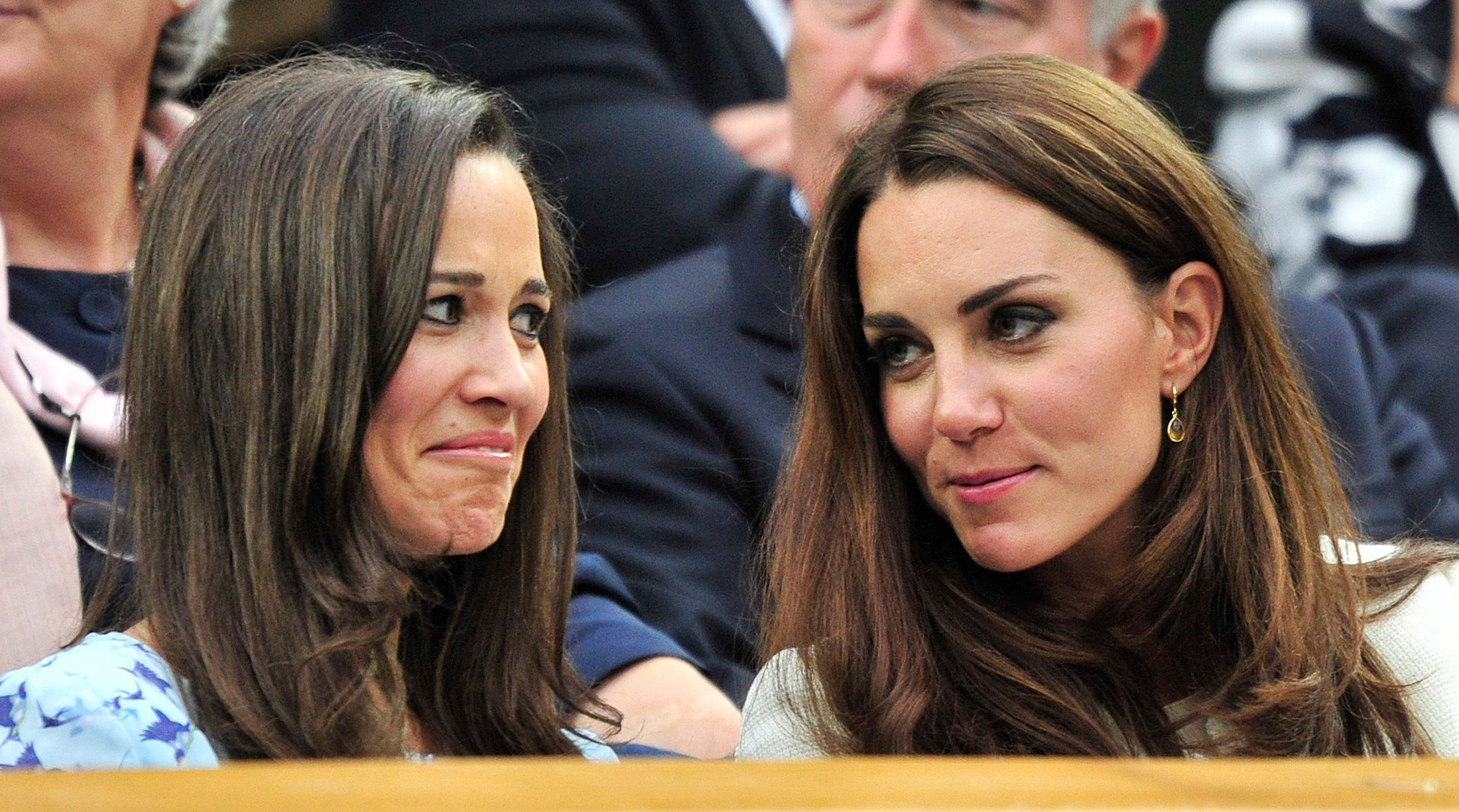 Britain's Catherine, Duchess of Cambridge (R) sits with her sister Pippa Middleton on Centre Court for the men's singles final tennis match between Roger Federer of Switzerland and Andy Murray of Britain at the Wimbledon Tennis Championships in London July 8, 2012.   REUTERS/Toby Melville (BRITAIN  - Tags: ENTERTAINMENT SOCIETY SPORT TENNIS)