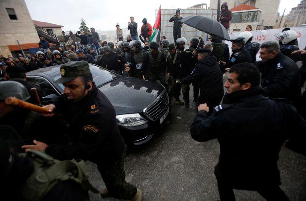 Παλαιστίνιοι διαδηλωτές επιτέθηκαν στο αυτοκινητο του Έλληνα Πατριάρχη