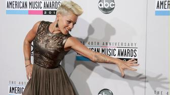 Singer Pink poses as she arrives at the 40th American Music Awards in Los Angeles, California, November 18, 2012.   REUTERS/Jonathan Alcorn (UNITED STATES  - Tags: ENTERTAINMENT PORTRAIT)   (AMA-ARRIVALS)