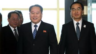 Ri Son Gwon, chairman of North Koreas Committee for the Peaceful Reunification of the Fatherland,center, and Cho Myoung-gyon, South Korea's unification minister, right, arrive for a meeting in the village of Panmunjom in the Demilitarized Zone (DMZ) in Paju, South Korea, on Tuesday, Jan. 9, 2018. North Korea's chief negotiator urged his South Korean counterpart to consider allowing a live broadcast of the talks that started today between the neighbors. Photographer: KPPA/Pool via Bloomberg