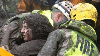 Emergency personnel carry a woman rescued from a collapsed house after a mudslide in Montecito, California, U.S. January 9, 2018.   Kenneth Song/Santa Barbara News-Press via REUTERS    ATTENTION EDITORS - THIS IMAGE WAS PROVIDED BY A THIRD PARTY.   MANDATORY CREDIT.  NO RESALES.  NO ARCHIVES.     TPX IMAGES OF THE DAY - RC1ADEF55450