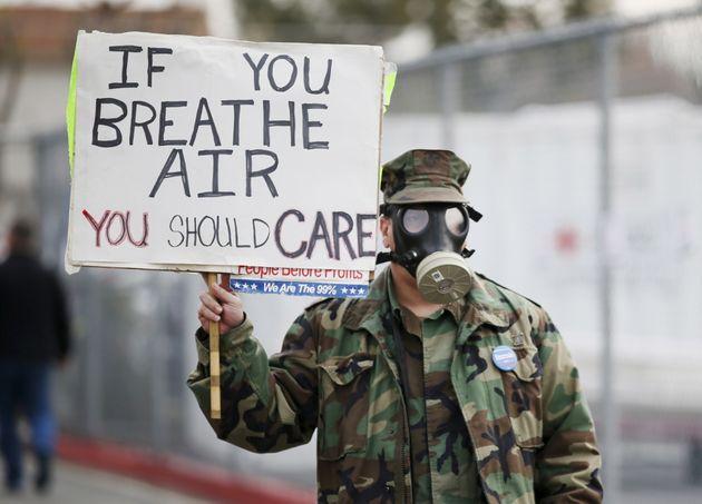 Un manifestante protestando en Los Ángeles por la mayor fuga de gas de la historia de Estados Unidos...
