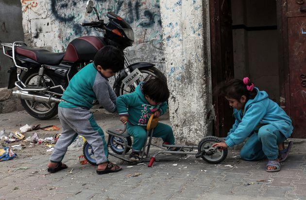Τα φτωχά παιδιά του πλανήτη θα ζεσταίνουν τα πόδια τους με παπούτσια που θα μεγαλώνουν μόνα