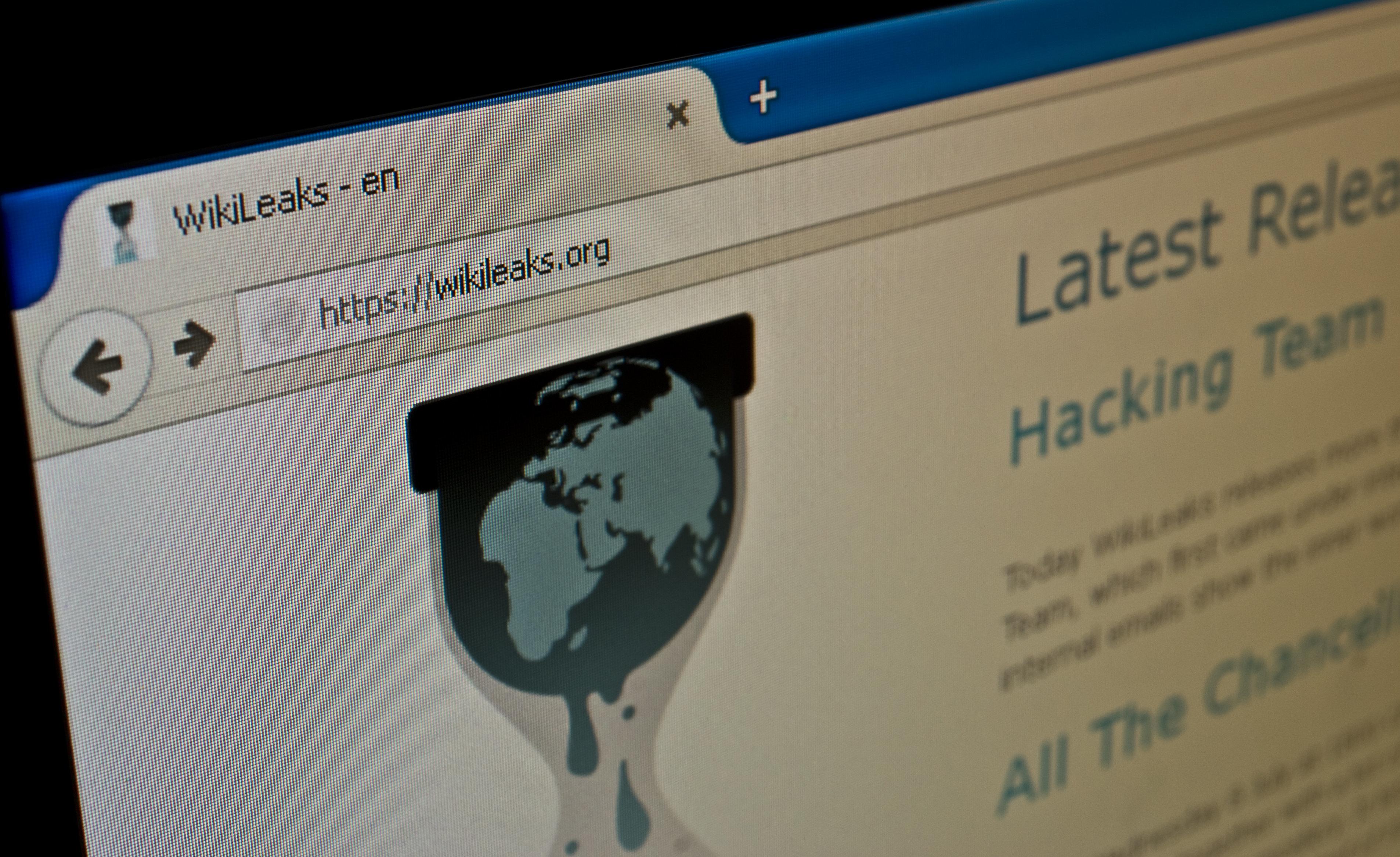 Νεκρός ο άνθρωπος που βοήθησε τα WikiLeaks να διαρρεύσουν τα mail της Κλίντον