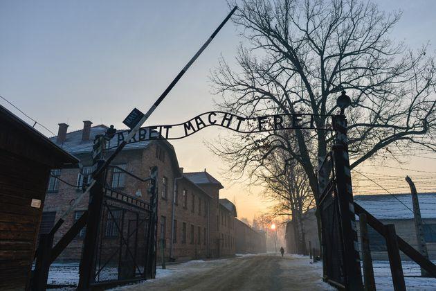 DW: Στη Γερμανία σκέφτονται να κάνουν υποχρεωτική την επίσκεψη μαθητών σε στρατόπεδα