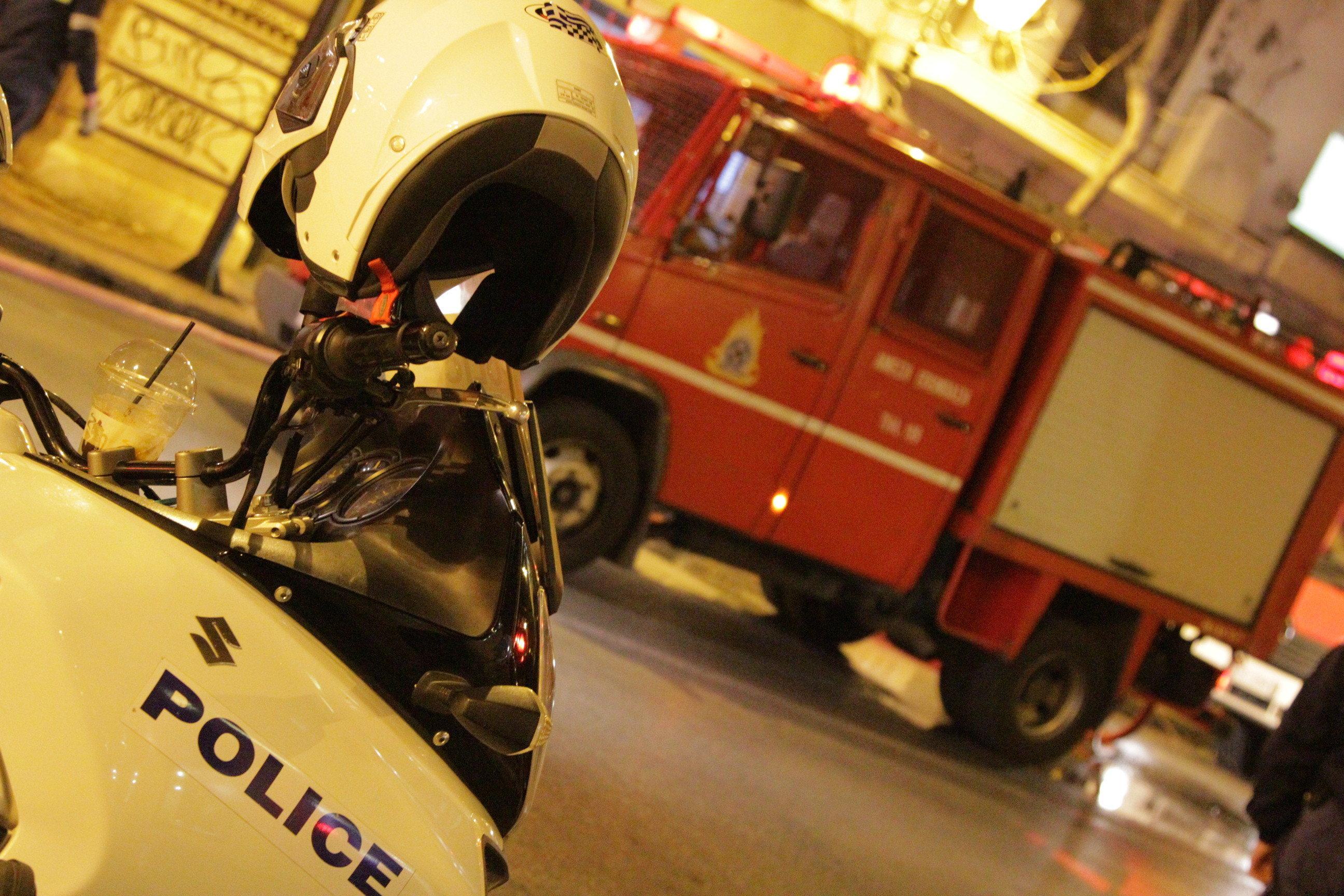 Σαλαμίνα: Νεκρή 57χρονη από έκρηξη και πυρκαγιά σε διώροφο