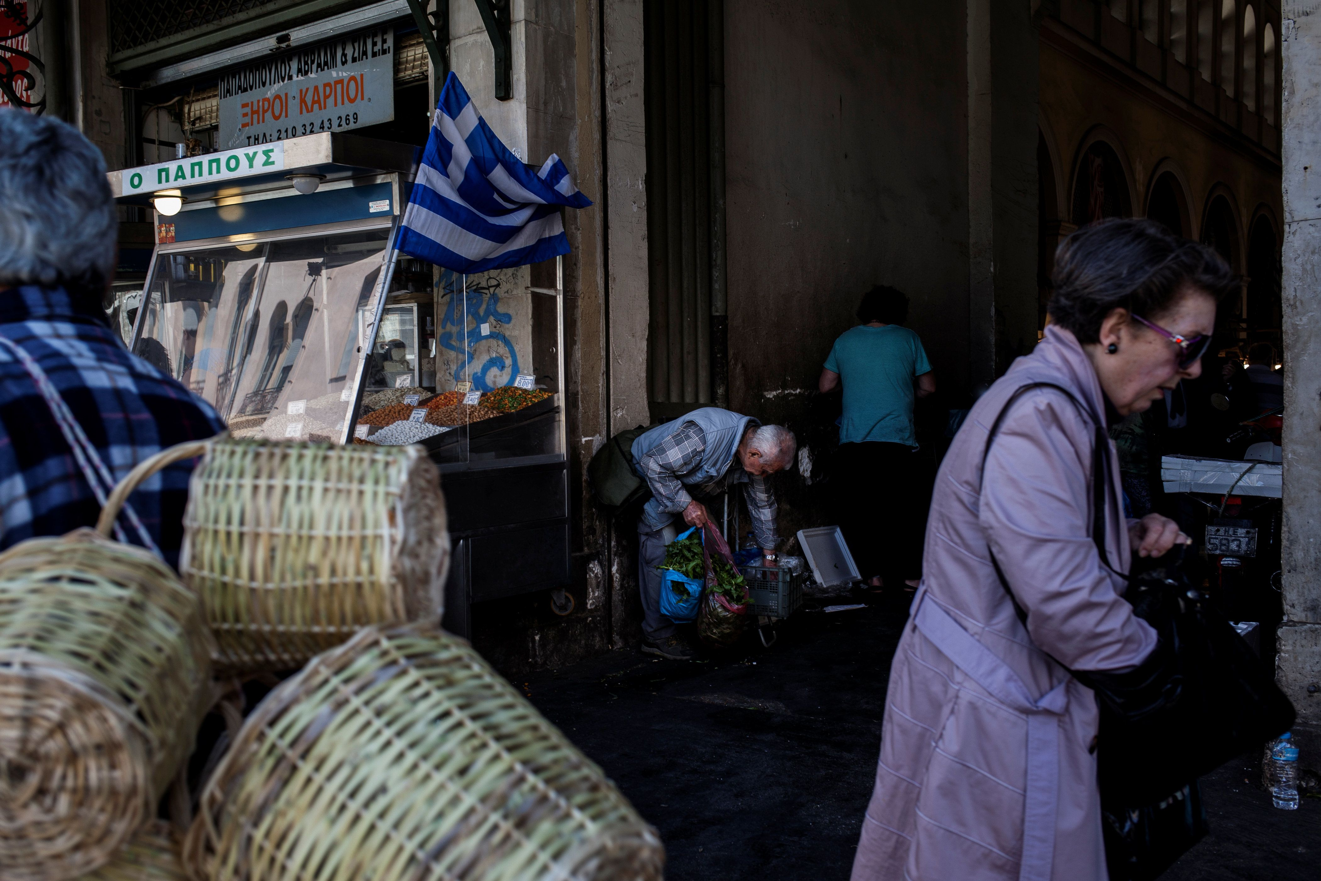 Handelsblatt: Στα 102 δισ. ευρώ τα χρέη των Ελλήνων προς το