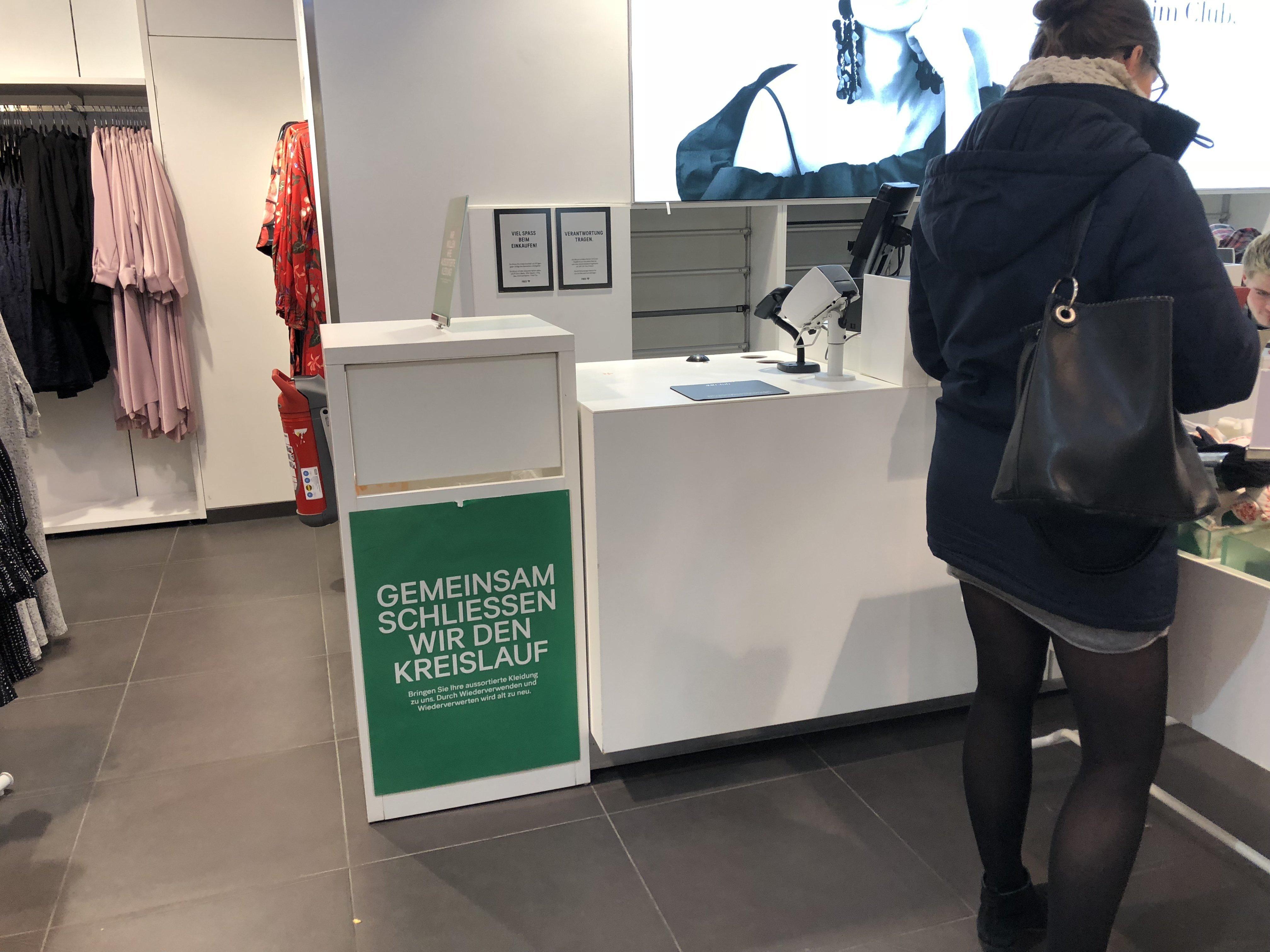 An H&M-Kassen steht eine Kiste – das passiert, wenn ihr eure Kleidung