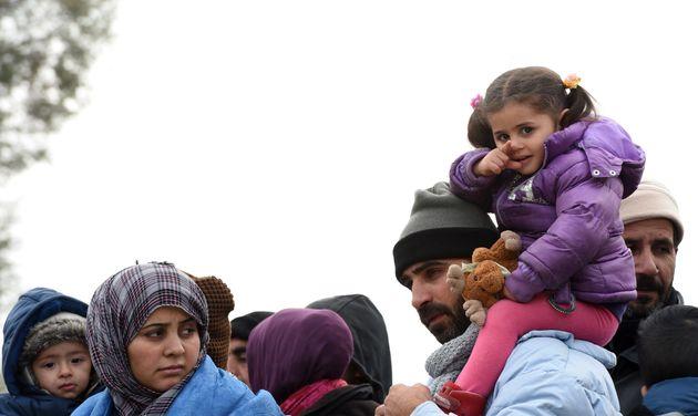 Flüchtlinge überqueren im Oktober 2015 die deutsche