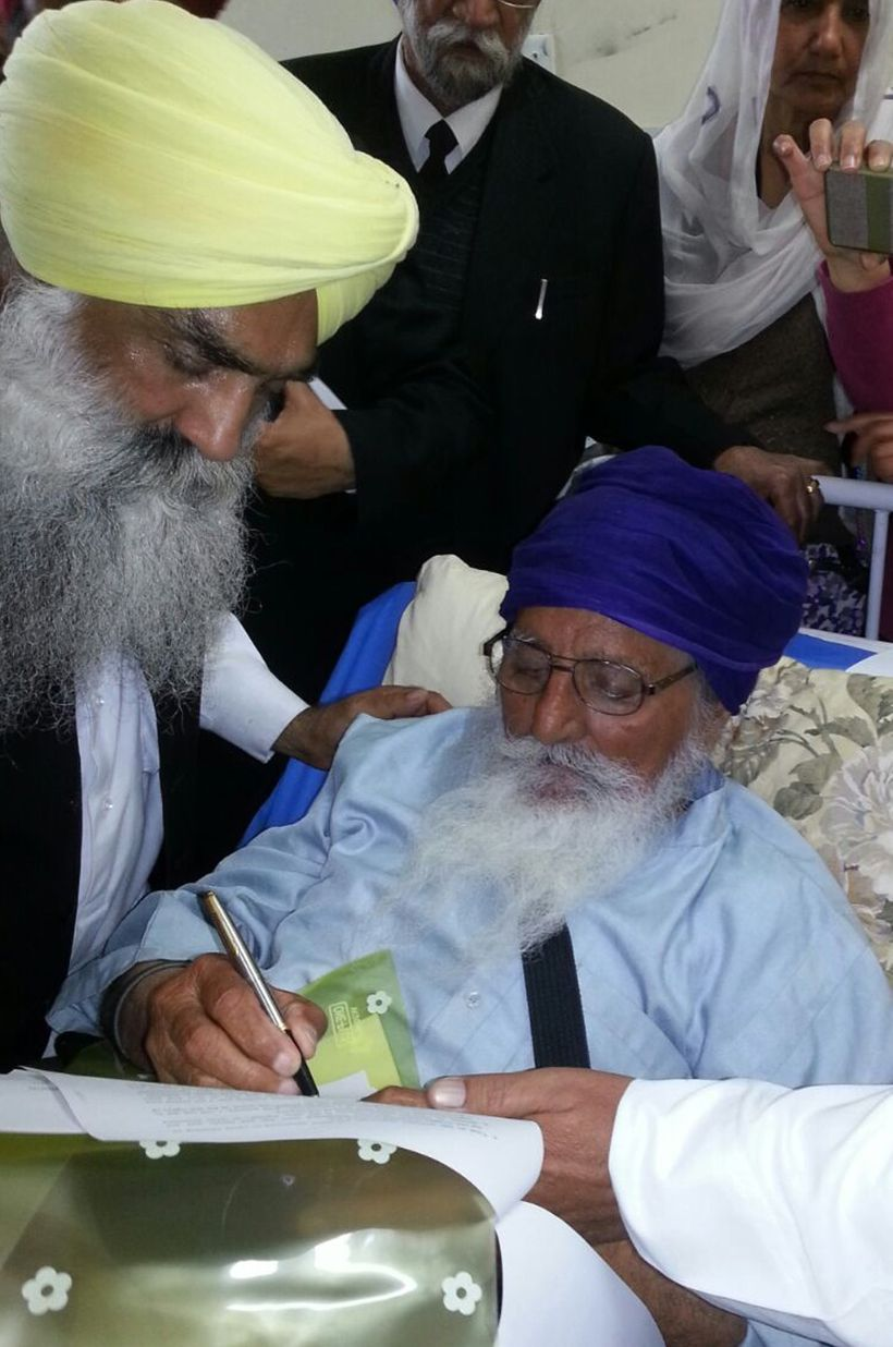 """Bapu Surat Singh Khalsa signing his letter to PM Modi at Civil Hospital on 11 February, 2015 (courtesy of <a rel=""""nofollow"""" h"""