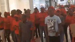 Διαδηλωτές ξεσπούν σε καταστήματα της Η&Μ στο Γιοχάνεσμπουργκ, με αφορμή την επίμαχη φωτογραφία της