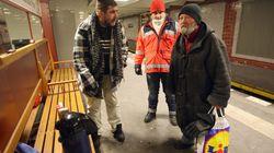 Hinterhältige Attacke: Unbekannter schlägt und sticht auf Obdachlose in Berliner U-Bahnhof