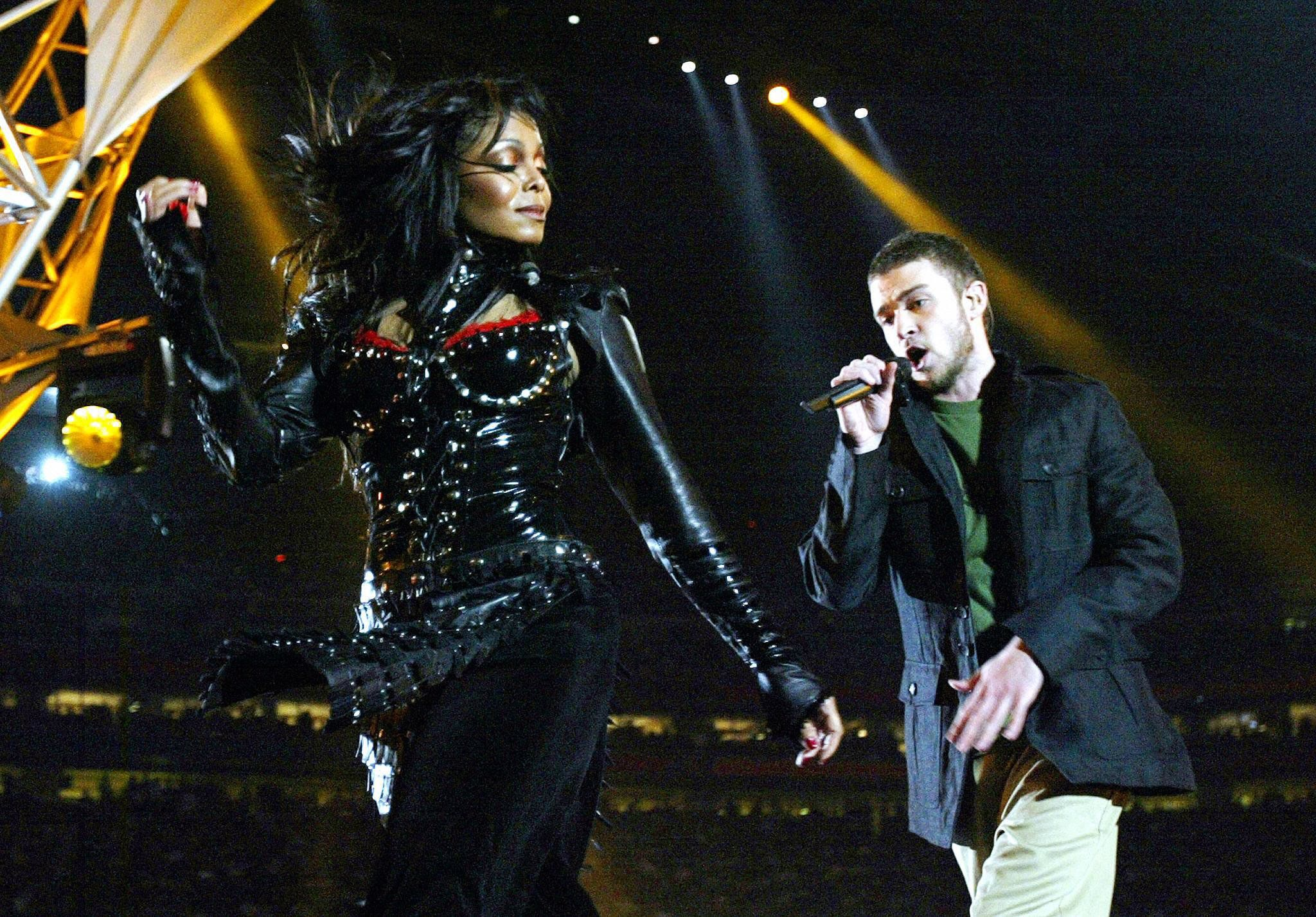HOUSTON, UNITED STATES:  Janet Jackson and Justin Timberlake perform at half-time at Super Bowl XXXVIII at Reliant Stadium, 01 February 2004 in Houston, TX.  AFP PHOTO Jeff HAYNES  (Photo credit should read JEFF HAYNES/AFP/Getty Images)