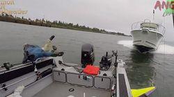 Η τρομακτική στιγμή που ένα σκάφος εμβολίζει βάρκα. Οι επιβάτες έπεσαν πανικόβλητοι στη