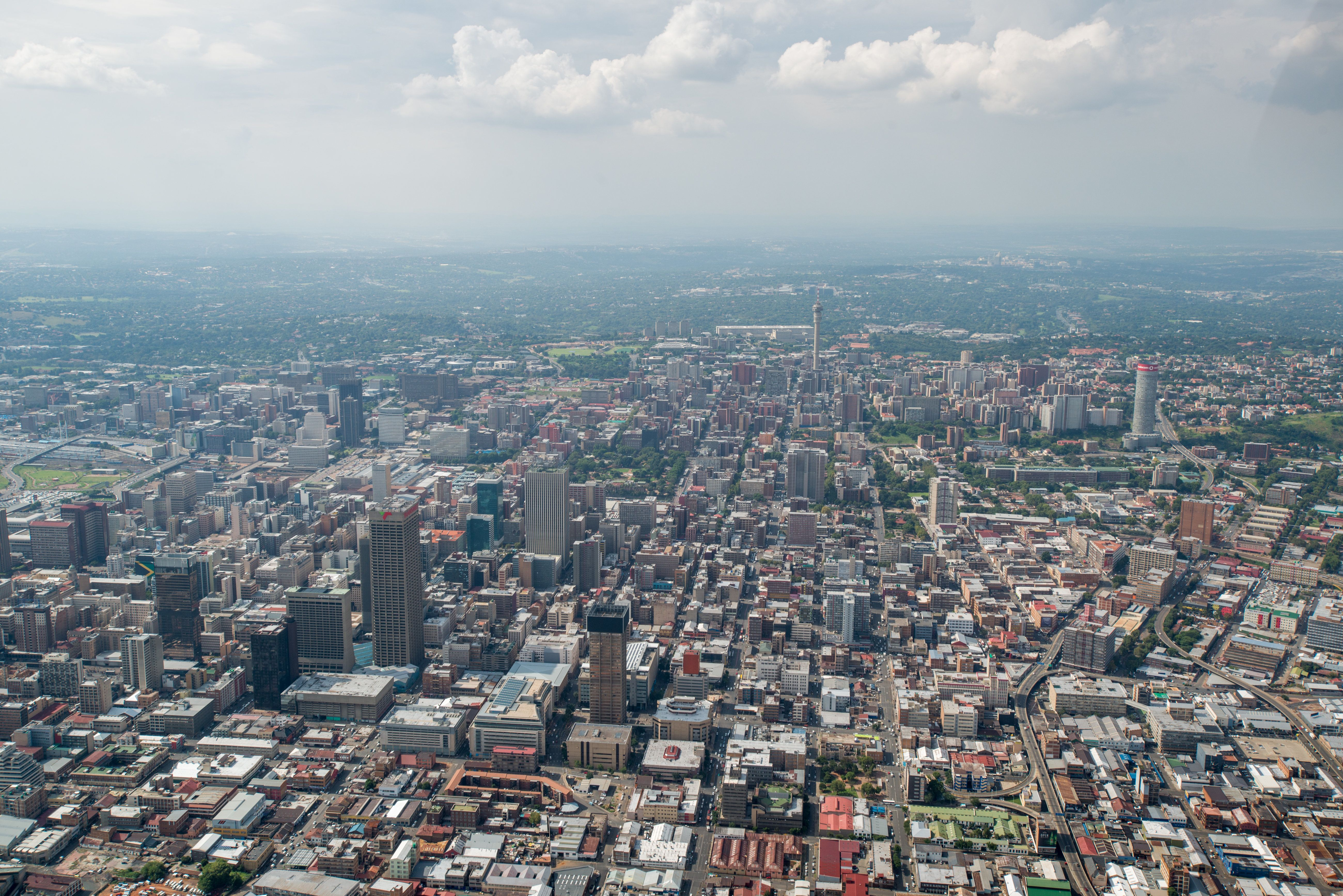 Johannesburg'sapproach to dealing with air pollution involves programs that respond to specific pollution sources.&nbsp