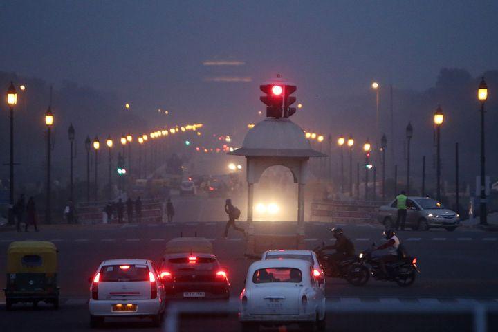 King's Way in New Delhi is seen shrouded in smog on Dec. 4, 2017.
