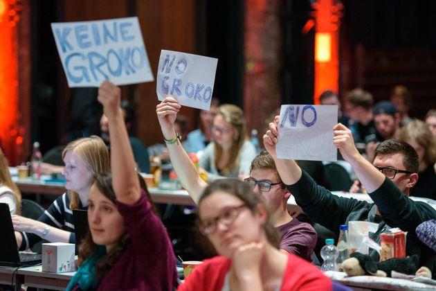 Delegierte halten am 24112017 auf dem Juso-Bundeskongress im E-Werk in Saarbrucken Saarland wahrend der...