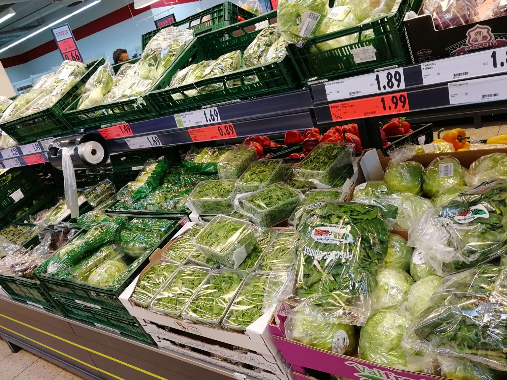 Als ein Mann diese Gemüsetheke in einem deutschen Supermarkt sieht, schießt er sofort ein Foto