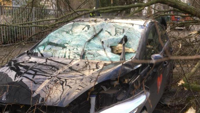 Frau ist nach Unfall im Auto gefangen - die Reaktion der anderen Fahrer ist ein Skandal