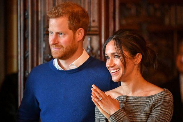 Κυκλοφόρησαν «τρομακτικές» κούκλες του πρίγκιπα Harry και της Meghan Markle και οι φαν