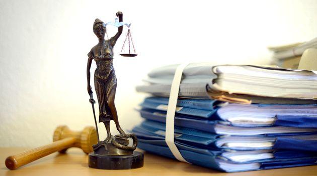 Eine modellhafte Nachbildung der Justitia steht am 15.07.2014 im Raum eines Richters des Landgerichts...