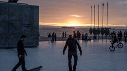 Γιατί οι νέοι στην Ελλάδα μένουν ακόμα με τους γονείς τους; Δεν ευθύνεται μόνο η