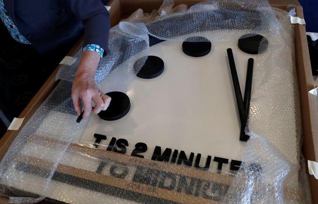 «2 minutes to midnight»: Το ίδιο κοντά στην καταστροφή με το 1953 η ανθρωπότητα, σύμφωνα με το «Ρολόι...