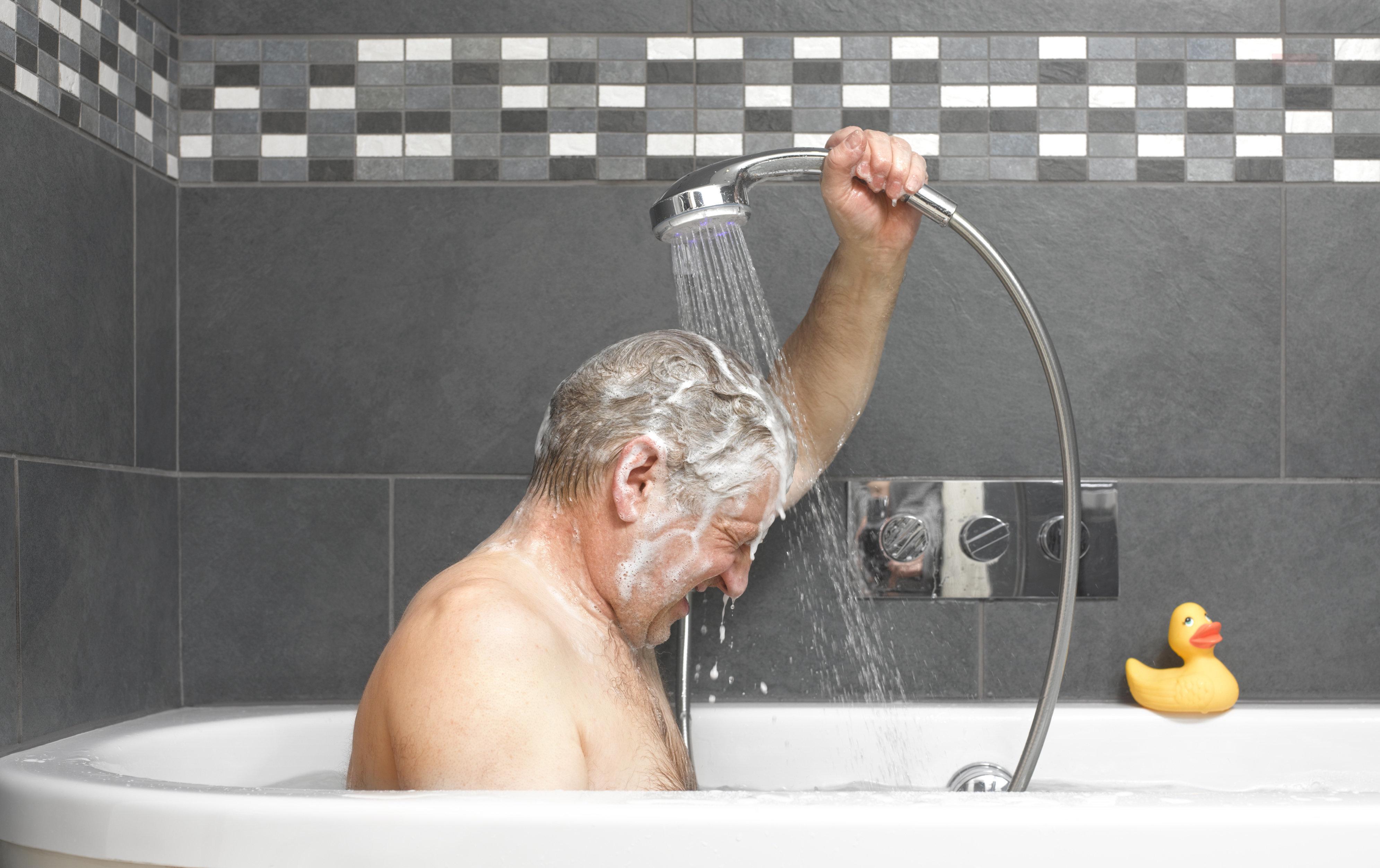 Viele Menschen vergessen beim Duschen ein kleines Körperteil – das hat gravierende Folgen