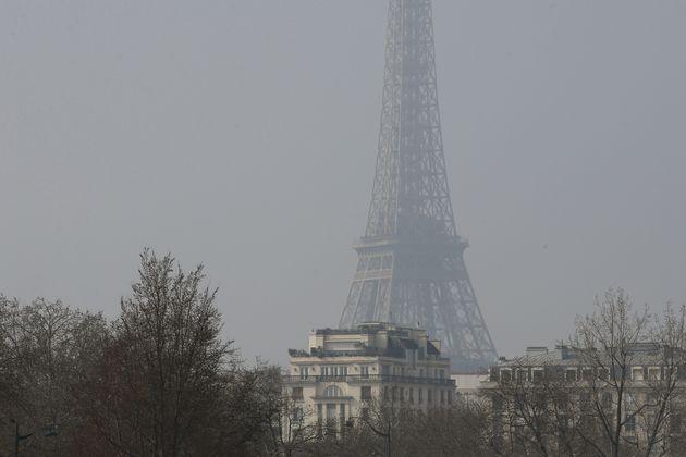 Der Eiffelturm im Smog im Winter