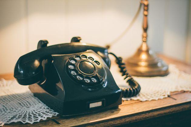 Ένα αγόρι προσπαθεί να πάρει τηλέφωνο από παλιά σταθερή συσκευή. Όταν δείτε τι κάνει, θα γελάσετε με...