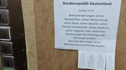 Mit diesem Zettel zeigen Bundestagsmitarbeiter, was sie von der AfD halten