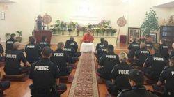 Αυτό δεν το έχουμε ξαναδεί: Αστυνομικοί κάνουν διαλογισμό σε Βουδιστικό